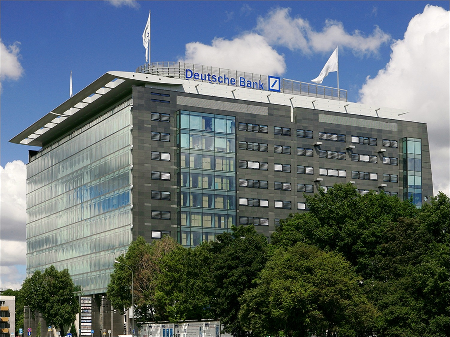 Deutsche Bank reports Q2 loss of £2.8bn amid restructuring
