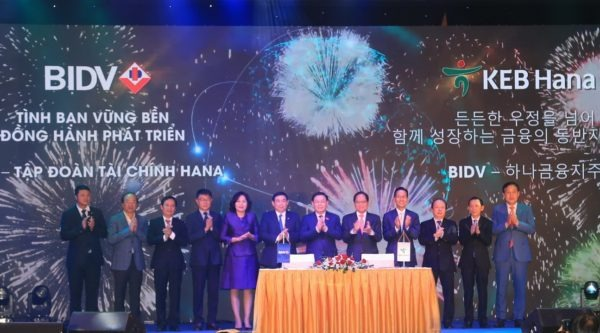 Image: BIDV and KEB Hana Bank officials, along with Deputy Governor of the State Bank of Vietnam and South Korean Ambassador to Vietnam. Photo: Courtesy of Joint Stock Commercial Bank for Investment and Development of Vietnam.