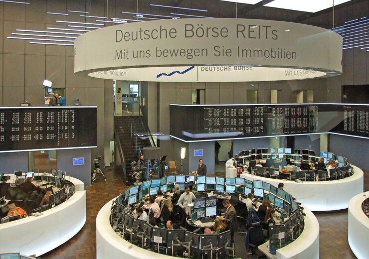 1200px-Deutsche-boerse-parkett-ffm001
